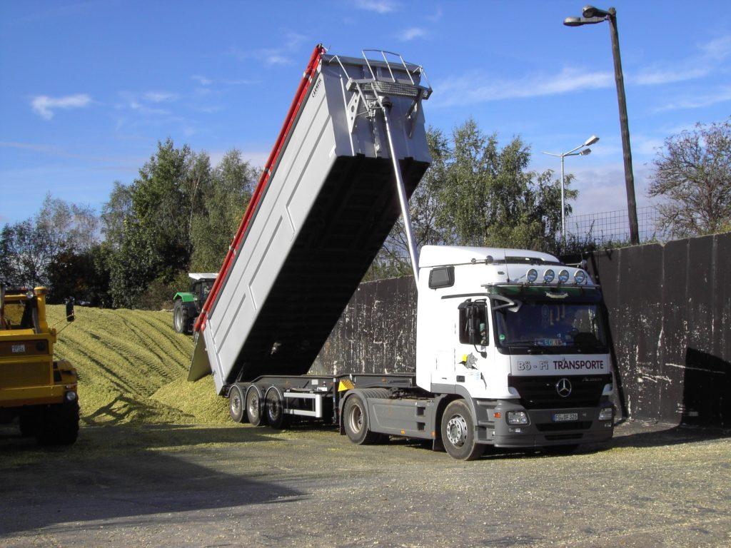 Getreidetransporte in der Erntezeit